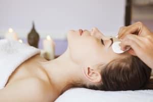 ¿Cómo se hace una limpieza facial profunda?